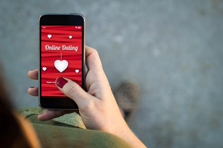 Draufsicht der Frau zu Fuß auf der Straße mit ihrem Handy mit Online-Dating-Bildschirm mit Exemplar.