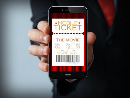 konzepte: Business-Konzept: Geschäftsmann digital generierte Telefon mit Kino E-Tickets. Alle Bildschirmgrafiken bestehen.