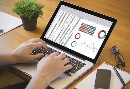 accounting concept. Close-up bovenaanzicht van een zakenman werken op de laptop. Alle screen graphics zijn opgebouwd.