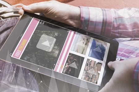 Nahaufnahme des Mannes eine Tablette zeigt Video-Marketing-Streaming-Site zu halten. Alle Bildschirmgrafiken bestehen. Lizenzfreie Bilder