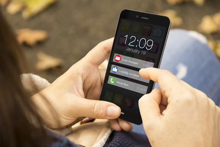 Connectivity-Konzept: Frau, die eine 3D-Holding erzeugt auf dem Bildschirm mit Meldungen Smartphone. Grafiken auf dem Bildschirm bestehen. Lizenzfreie Bilder
