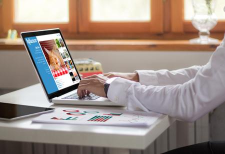 Biznesmen pracy z laptopem w biurze. Pojęcie marketingu wpływającego. Wszystkie grafiki ekranu są tworzone.