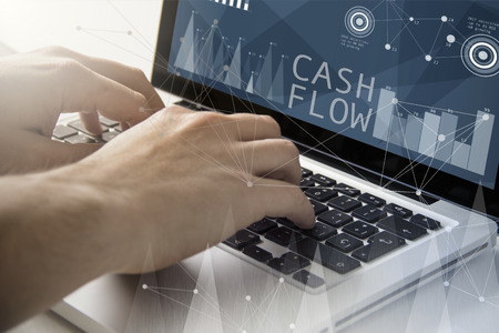 Technologie und Business-Konzept: Mann mit einem Laptop mit Cash-Flow-Software auf dem Bildschirm. Alle Bildschirmgrafiken bestehen.