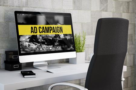 3D-Rendering von industriellen Arbeitsbereich zeigt Anzeigen-Kampagne auf Computer-Bildschirm. Alle Bildschirmgrafiken werden zusammengestellt. Standard-Bild