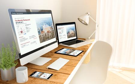 デジタルは、オンライン ディレクトリ応答性の高い概念で木製テーブルの上のデバイスを生成されます。 写真素材