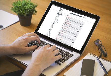trabajo: concepto de búsqueda de empleo en línea. Primer plano vista superior de un cazador de trabajo que trabaja en la computadora portátil.