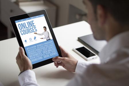 タブレット表示オンライン コースのウェブサイトを保持しているオフィスで bussinessman。全画面表示のグラフィックスが成っています。 写真素材