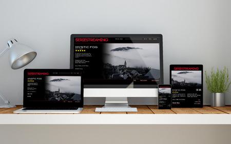 Een computer, laptop, smartphone en tablet op een desktop werkruimte met streaming video online responsieve website op het scherm. 3D-rendering. Alle screen graphics zijn opgebouwd.
