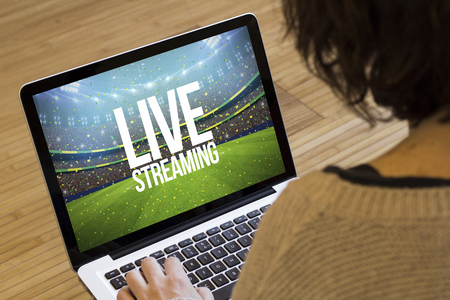 live streaming concept: live streaming tekst op een stadion op een laptop scherm. Screen graphics zijn opgebouwd. Stockfoto