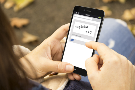 vrouw met een 3D-gegenereerde smartphone met captcha op het scherm. Afbeeldingen op het scherm zijn verzonnen.
