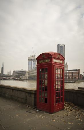 cabina telefono: Phone Booth at Thames River, London, Uk