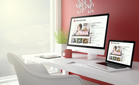 Rojo de estudio con la colección de dispositivos con videonetwork en la pantalla. Representación 3D. Foto de archivo - 66578427