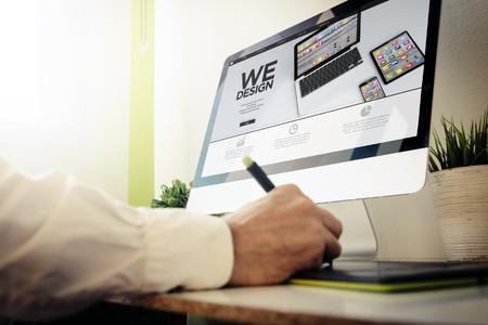 웹 개발자는 반응 형 웹 사이트를 디자인합니다. 모든 화면 그래픽이 구성됩니다.