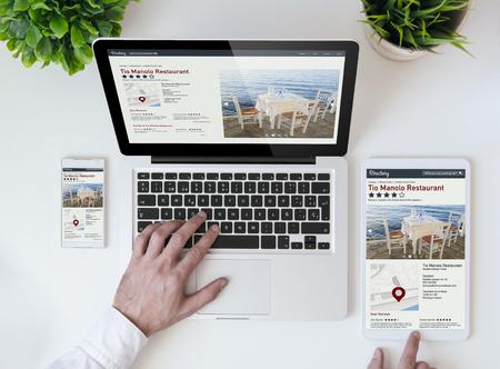 office tafelblad met tablet, smartphone en laptop blijkt responsieve directory website. Alle screen graphics zijn opgebouwd.