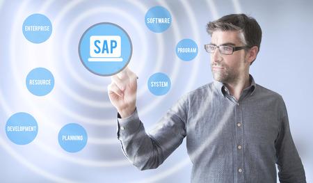zakenman een virtuele weergave van SAP aan te raken.