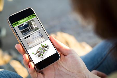 Großaufnahme der jungen Frau Sicherheitskontrollen Nocken an ihrem Handy überprüfend. Alle Bildschirmgrafiken bestehen aus. Standard-Bild - 80316661