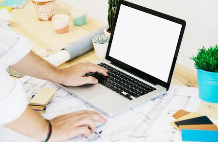 architect werken bij studio met wit scherm laptop