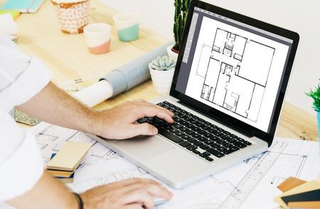 컴퓨터 지원 설계 소프트웨어 랩탑으로 스튜디오에서 일하는 건축가