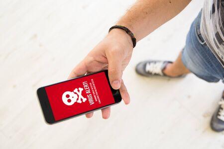 close-up van mannenhand met behulp van smartphone virus alert Stockfoto