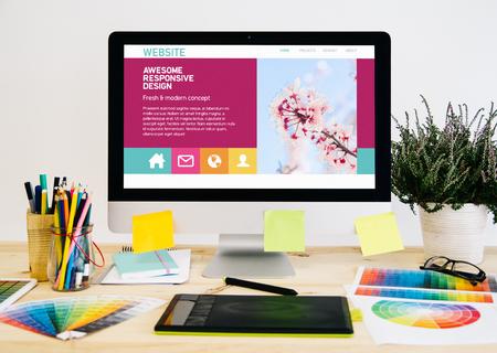 Bureau de papeterie avec des trucs de conception, ordinateur et tablette graphique. créativité à l'écran.