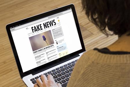 concepto de noticias falsas en la pantalla de un ordenador portátil. Los gráficos de pantalla están compuestos. Foto de archivo