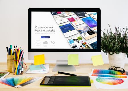 Schreibwaren-Desktop mit Designmaterial, Computer und Grafiktablett. Website Builder Design.