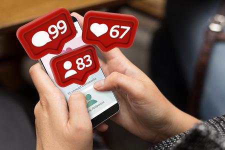 Mädchen mit einem digital generierten Telefon mit Social-Media-Benachrichtigungen. Alle Bildschirmgrafiken sind zusammengestellt. Standard-Bild