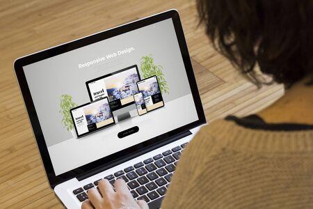Concetto di web design: web design reattivo sullo schermo di un laptop.