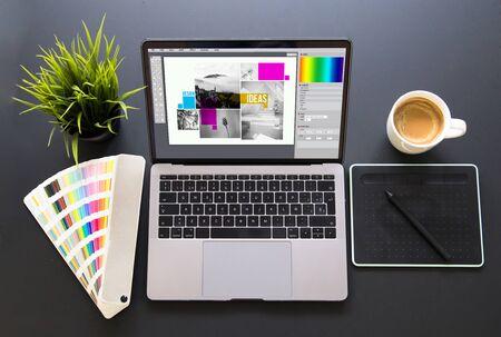 Graphic design screen laptop mockup 版權商用圖片