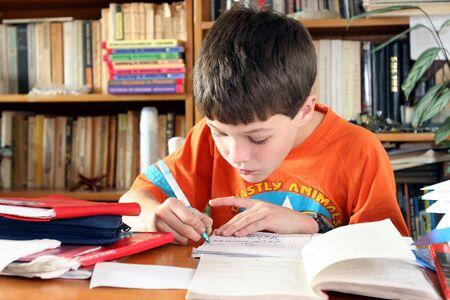 teaching crayons: Ragazzo facendo un sacco di homeworks a casa