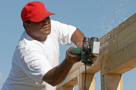 Lavoratore uomo lucidatura telaio in legno di costruzione di nuovo  Archivio Fotografico - 3428537