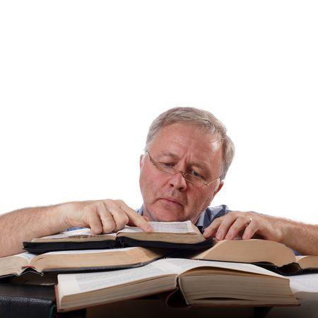 L'uomo con gli occhiali che lavorano con molti libri Archivio Fotografico - 5137080