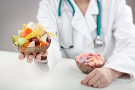Doctor aiutano a fare la scelta migliore in vitamine Archivio Fotografico - 6508306