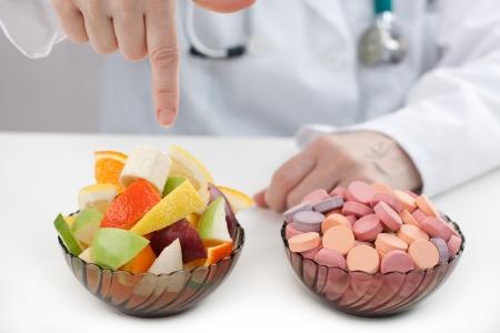 pills in hand: Doctor ayuda para hacer la mejor elecci�n en la dieta Foto de archivo