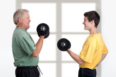 Padre e figlio di fare insieme il peso di sollevamento  Archivio Fotografico - 7222517