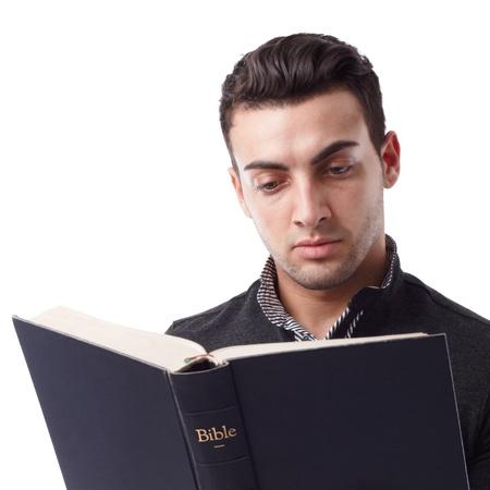 bible ouverte: Portrait d'un jeune homme lisant la Bible