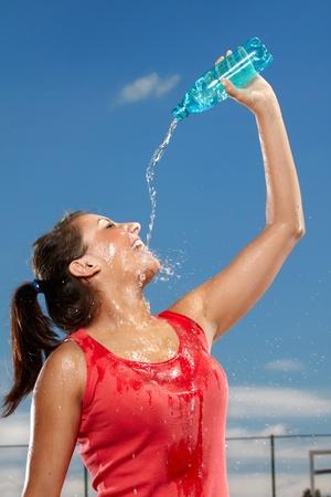 Giovane donna si spruzzi d'acqua Archivio Fotografico - 10100069