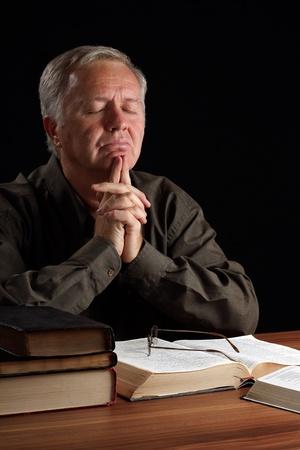 hombre orando: Meditando pastor y guía la búsqueda en la oración