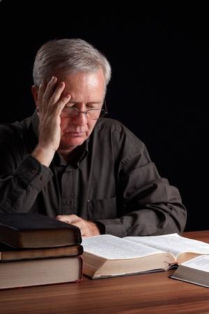Senior pastor, lettura, meditazione e alla ricerca di luce spirituale Archivio Fotografico - 10725697