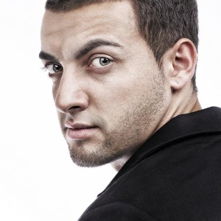 persona enojada: Hombre guapo retrato mirando hacia atrás en el fondo blanco