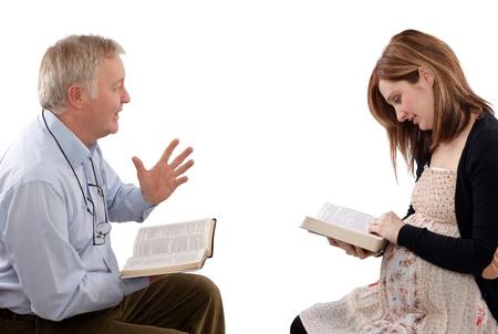 predicador: El padre de Christian de hablar con su hija de la Escritura, acerca de los niños Foto de archivo
