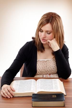 bible ouverte: Jeune, femme, lecture chr�tienne pour l'�tude biblique Banque d'images