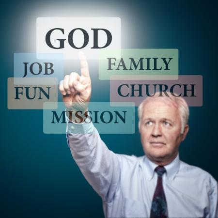Pastore senior mostrando le priorità nella nostra vita Archivio Fotografico - 15045435