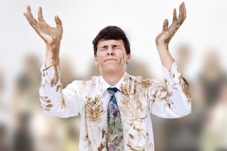 pentimento: Giovane uomo alzando le mani sporche di cielo.
