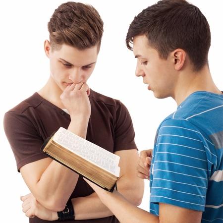 Giovane uomo che spiega la parola di Dio al suo amico che pensa a. Archivio Fotografico - 20046481