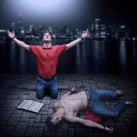 Il giovane cresciuto in preghiera con una Bibbia accanto a lui. Concetto per un giovane uomo morto nei suoi peccati e risorto per la potenza di Dio attraverso la preghiera e la Parola di Dio. Archivio Fotografico - 39017478