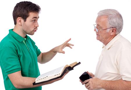 predicador: evangelista joven compartir las palabras de Dios con un anciano