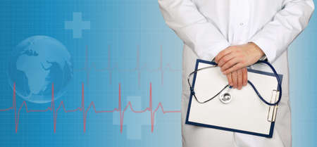 paciencia: Doctor con el estetoscopio y el portapapeles de ECG en el fondo médico Foto de archivo