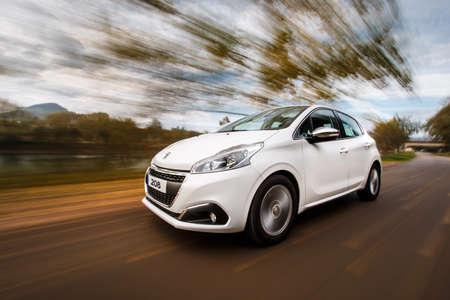 Puente Arce, Spagna - 4 novembre 2016: Peugeot 208 bianca guidata su strada nazionale. Editoriali