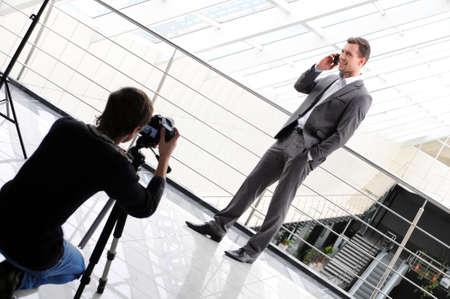 カメラマン撮影の携帯電話ビジネスの男性